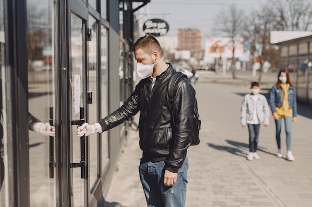 Homme, masque, debout, rue