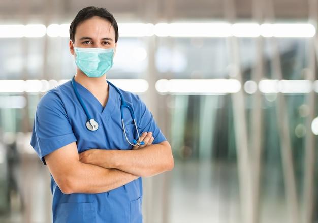 Homme masqué à l'hôpital, concept de soins de santé coronavirus
