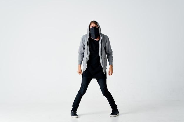 Homme masqué avec piratage de vol d'anonymat de capot