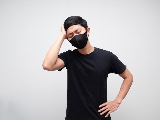 L'homme avec un masque de protection se sentant mal à la tête toucher sa tête visage sérieux fond blanc