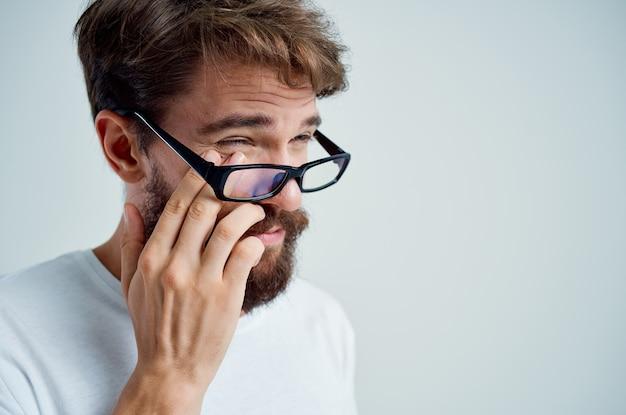 Homme avec une mauvaise vue des problèmes de santé fond isolé