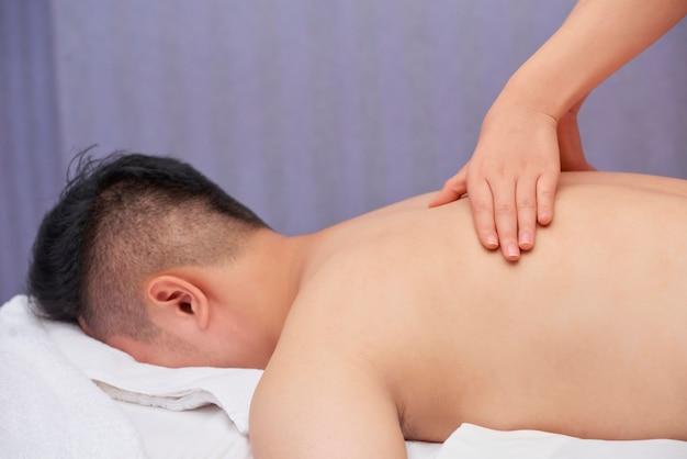 Homme méconnaissable bénéficiant d'un massage