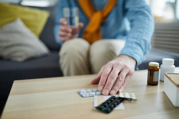 Homme méconnaissable prenant des pilules