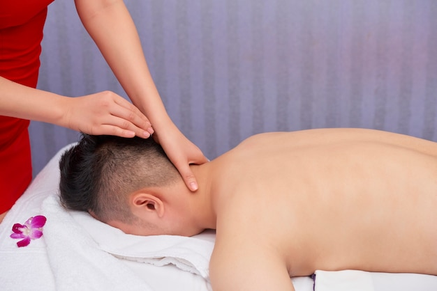 Homme méconnaissable se faire masser