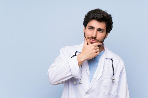 Homme médecin pense à une idée