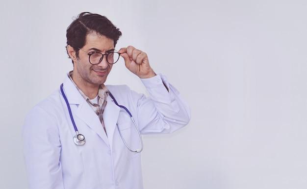 Homme médecin professionnel debout