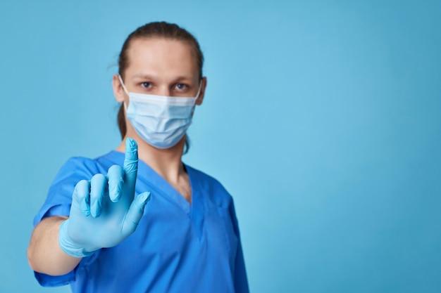 Homme médecin en uniforme touchant l'écran virtuel