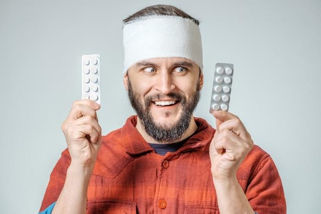 Homme, médical, bandage, tenue, pilules, main