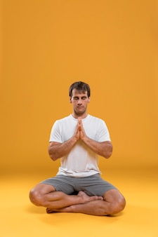 Homme méditant en position du lotus