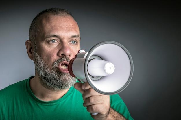 Homme avec mégaphone