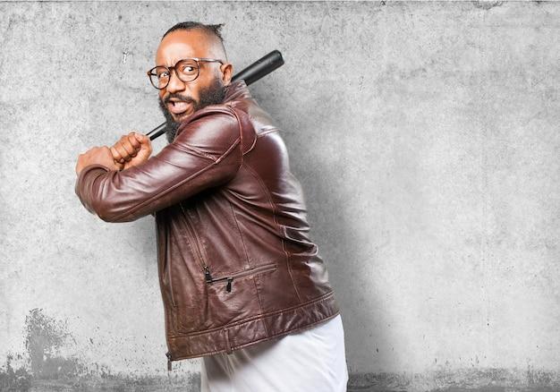 Homme menacer avec une batte de base-ball
