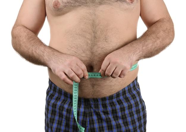 Homme mesurant le ventre de bière sur fond blanc