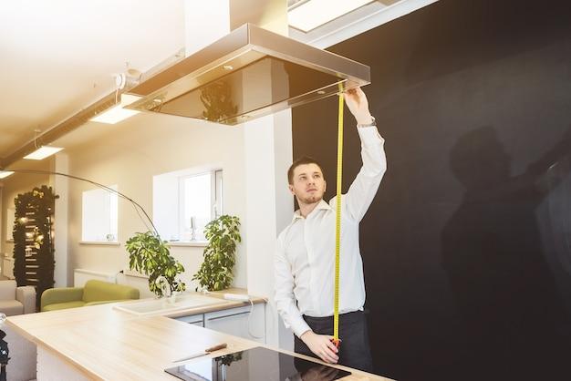 L'homme mesure la cuisine avec des outils