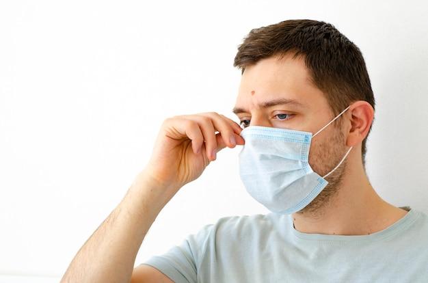 Un homme met un masque de protection