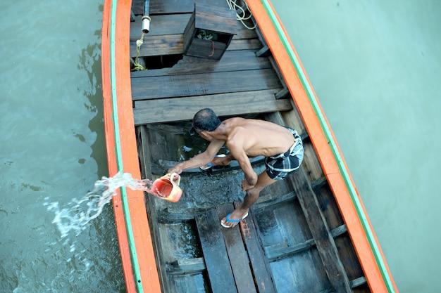 L'homme met son bateau en balles
