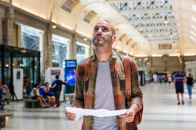 Homme, à, métro, consultation, carte