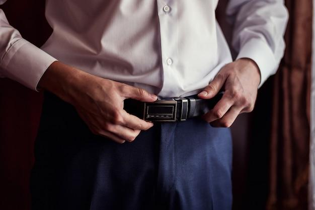 Homme mettant une ceinture, homme d'affaires, homme politique, style homme, gros plan mains mâles, homme d'affaires américain, homme d'affaires européen, homme d'affaires d'asie, personnes, affaires, mode et concept de vêtements