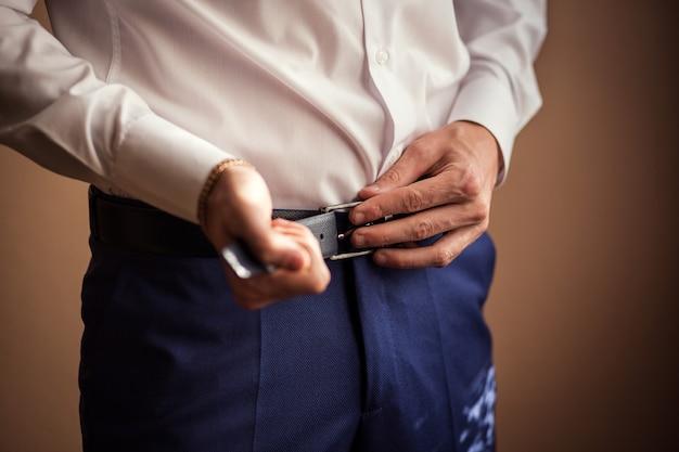 Homme mettant une ceinture, homme d'affaires, homme politique, style homme, gros plan mains mâles, homme d'affaires, homme d'affaires, homme d'affaires d'asie, personnes, affaires, mode et concept de vêtements