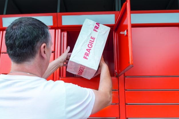Homme, mettre, boîte, libre service, postal, cas