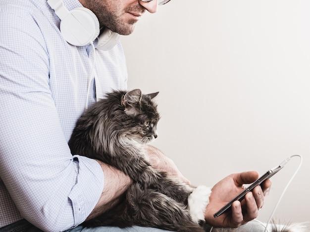 Homme mignon et chaton mignon