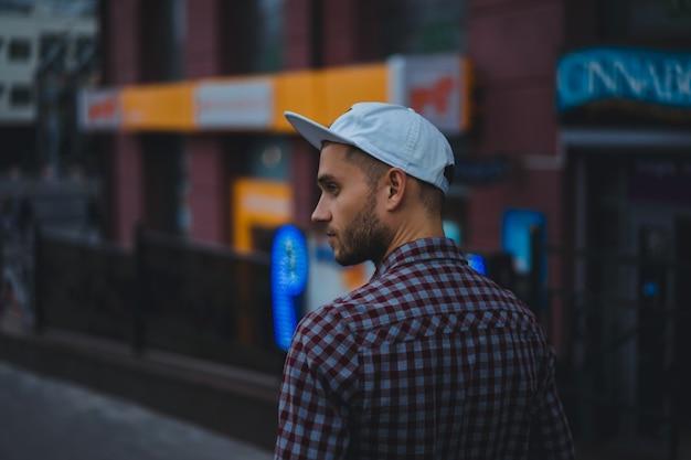 Homme en milieu urbain