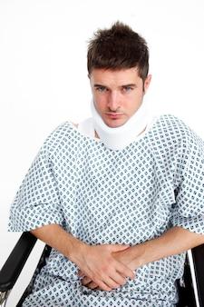 Homme avec une minerve à l'hôpital