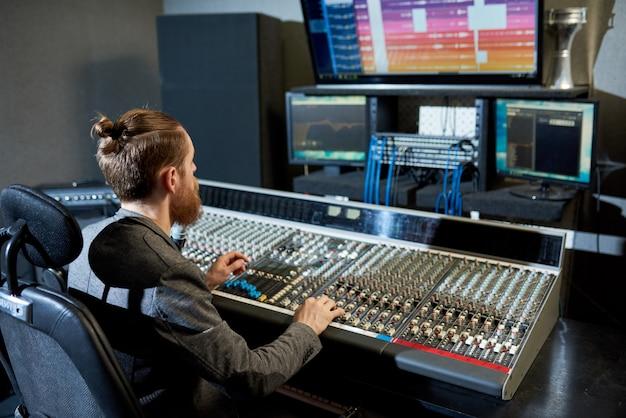 Homme mixant et créant de la musique