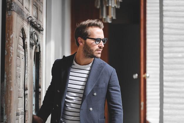 Homme à la mode élégant