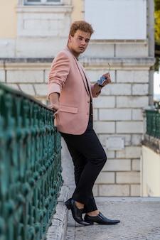 Homme de mode jeune dans la rue de la ville européenne