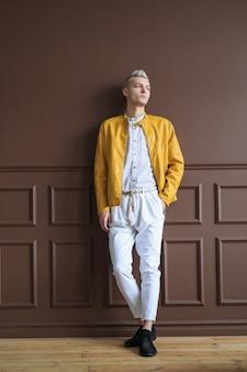 Homme à la mode posant