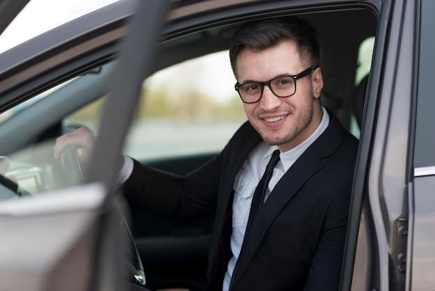 Homme moderne en angle élevé en voiture