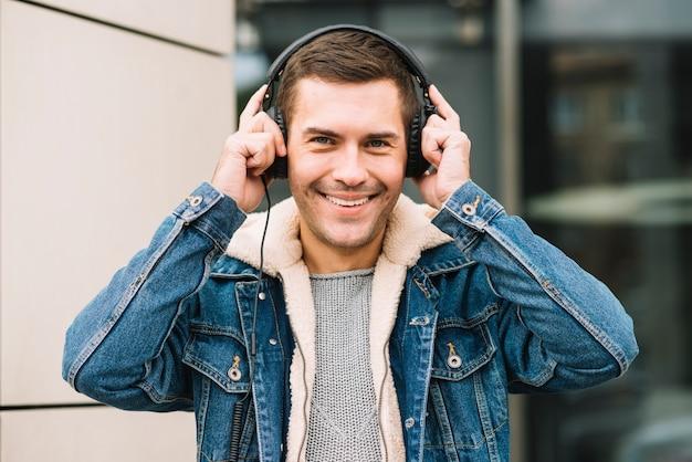 Homme moderne avec un casque en milieu urbain