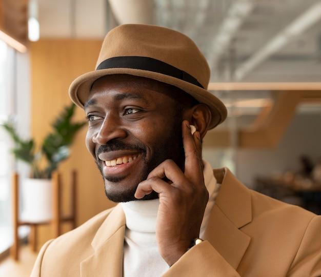 Homme moderne faisant des affaires dans un café