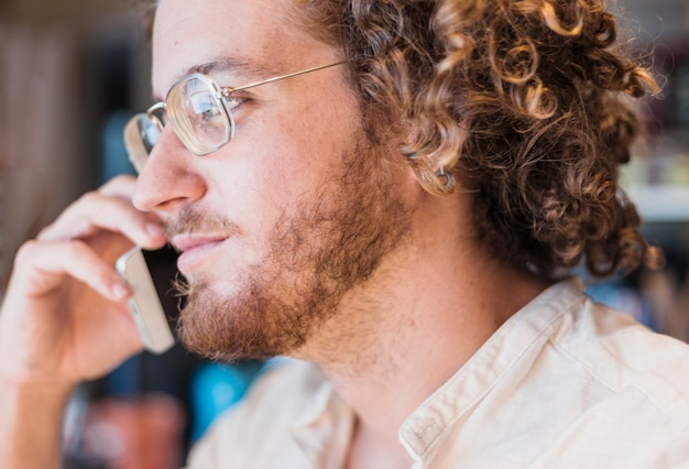 Homme moderne faisant un appel téléphonique