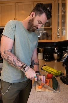Homme moderne passant du temps dans la cuisine