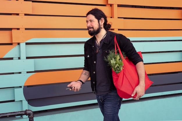 Homme Moderne Passant Du Temps Dans La Ville Photo gratuit