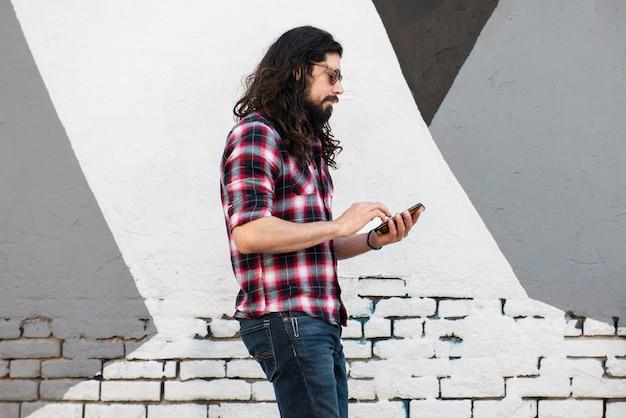 Homme moderne passant du temps dans la ville