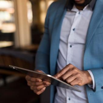 Homme moderne à la recherche sur sa tablette