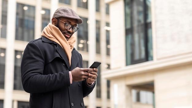 Homme moderne tenant son smartphone