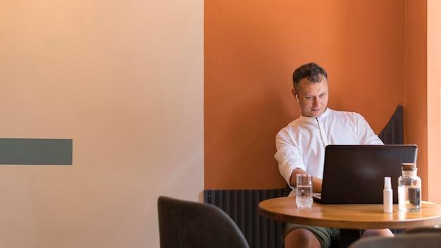 Homme moderne travaillant avec espace copie