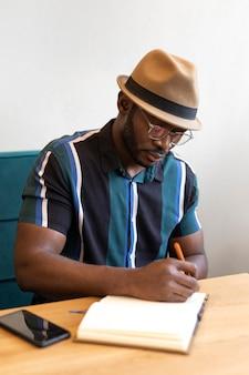Homme moderne travaillant seul dans un café