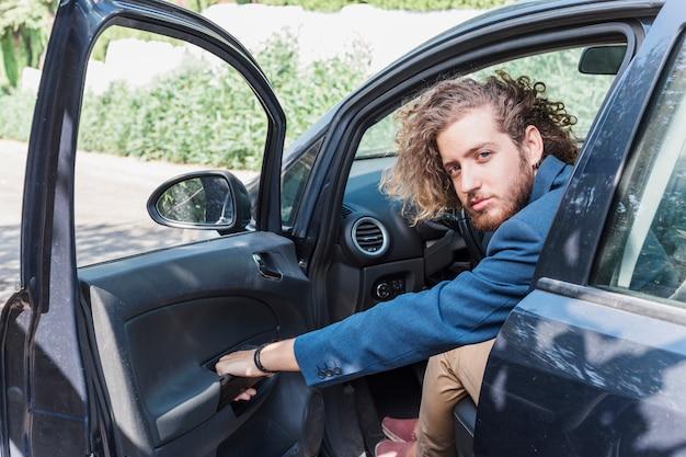 Homme moderne en voiture