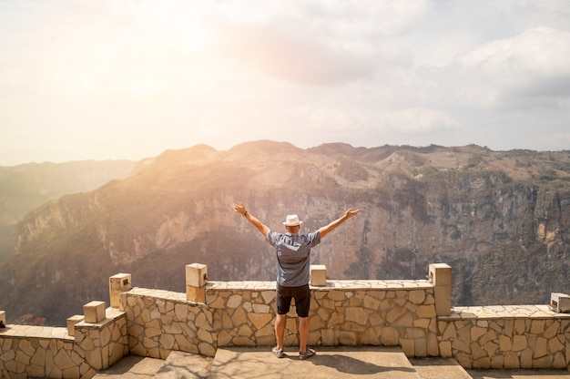 Homme en montagne au mexique en profiter. photo de haute qualité