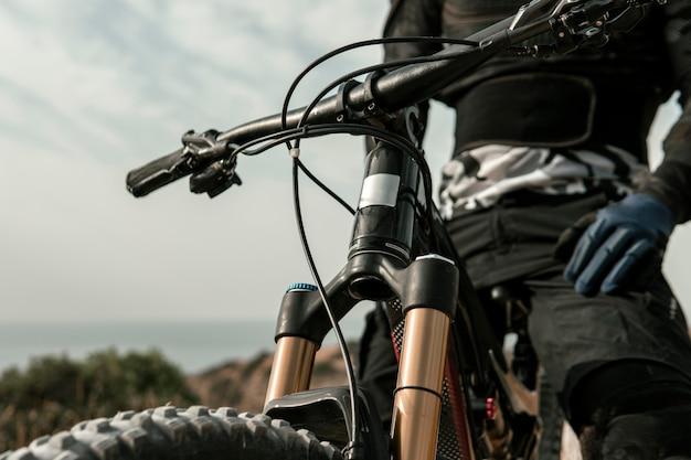 Homme monté sur un gros plan de vélo de montagne