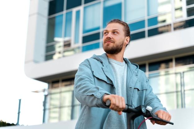 Homme monté sur un scooter à l'extérieur