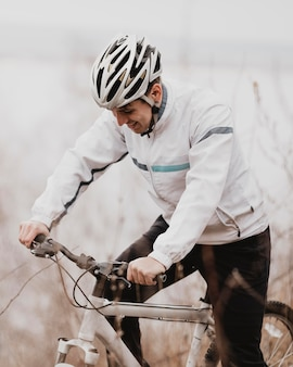 Homme monté sur un vélo de montagne