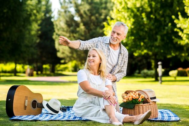 Homme montrant de côté sa femme