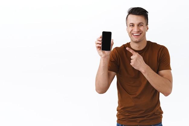 Homme montrant l'écran du smartphone. présentation de l'application