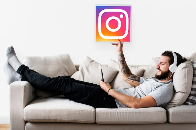 Homme montrant une icône instagram