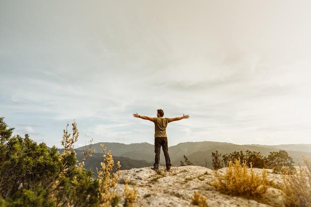 Homme montrant la liberté dans la montagne